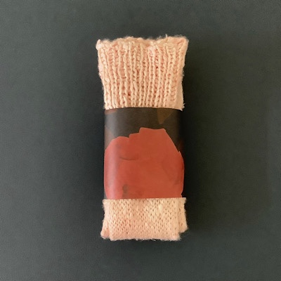 手編み靴下茜染の写真